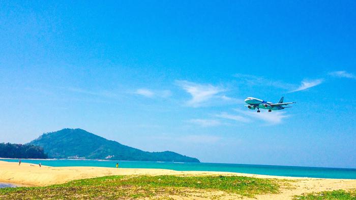 Самолет над пляжем Май Као